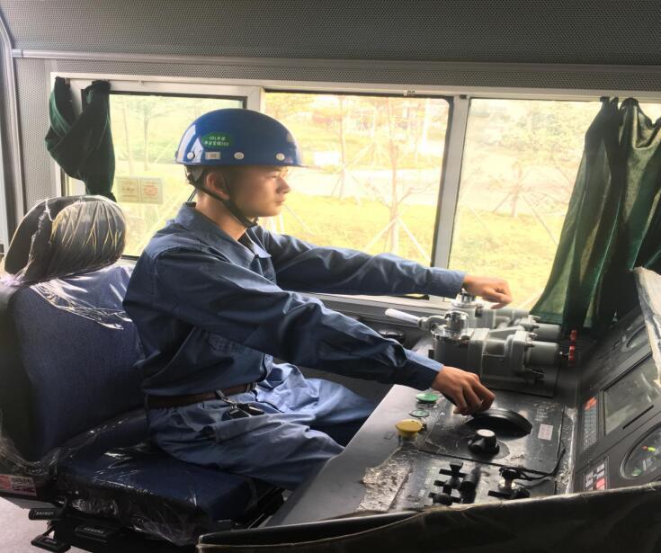 南昌铁路技术学校老师赴就业单位回访、慰问毕业生