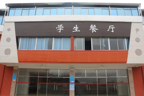 南昌向远轨道技术学校乐化校区绿树成荫的校园环境